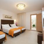 Camera con tre letti separati e servizi in camera